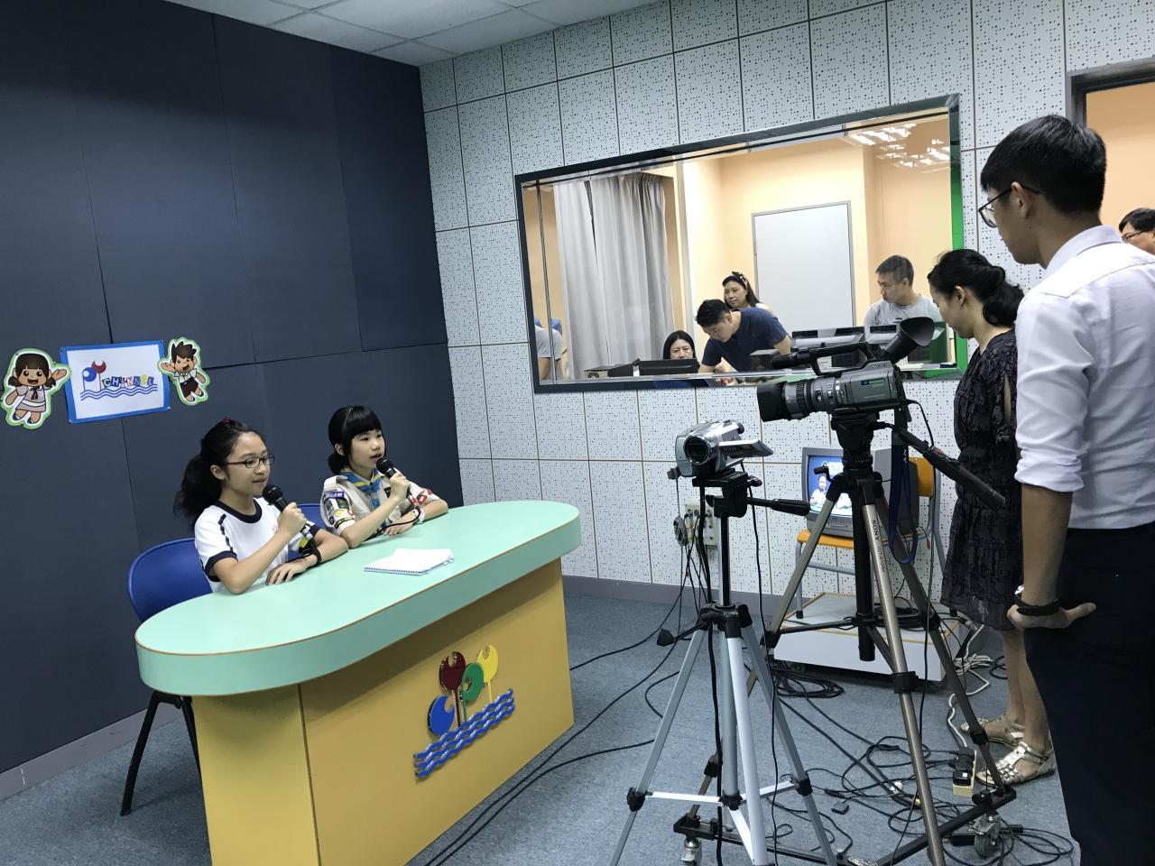 小記者於電視台報告
